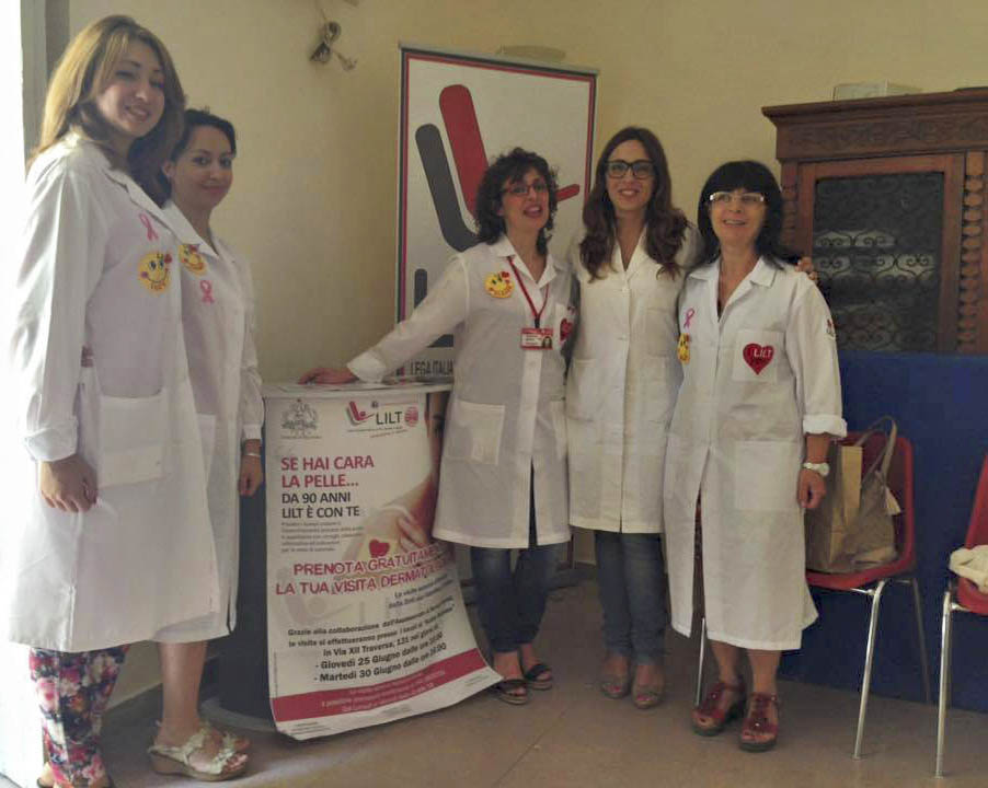 Le volontarie LILT e il medico che ha eseguito la visita dermatologica
