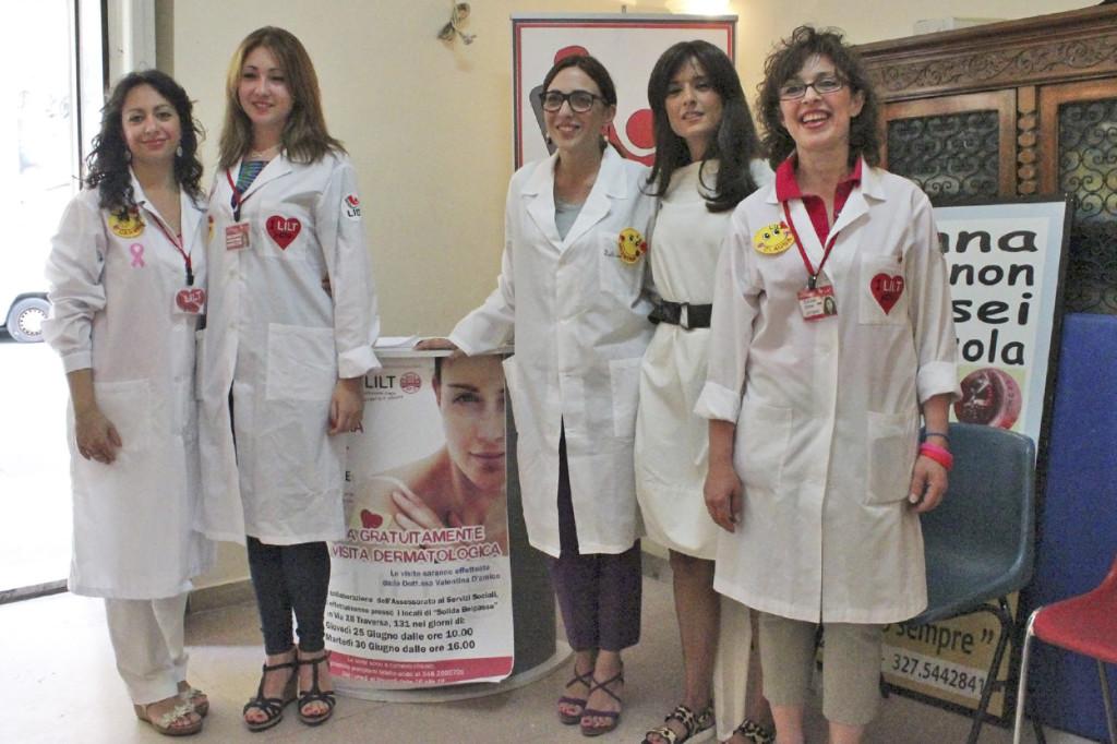 Le volontarie della LILT di Belpasso insieme alla Dottoressa Valentina D'Amico (terza da sinistra), e all'Assessore ai Servizi Sociali di Belpasso, Bianca Prezzavento (quarta da sinistra)