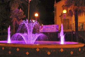La fontana del Giardino Martoglio di Belpasso, illuminata di rosa
