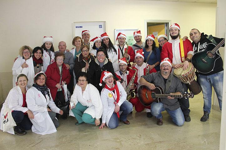Foto di gruppo per i volontari LILT e la band dei Leakers